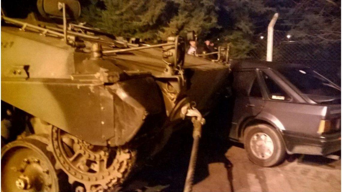 Insólito: un tanque de guerra embistió un auto tras el desfile por el Día del Ejército