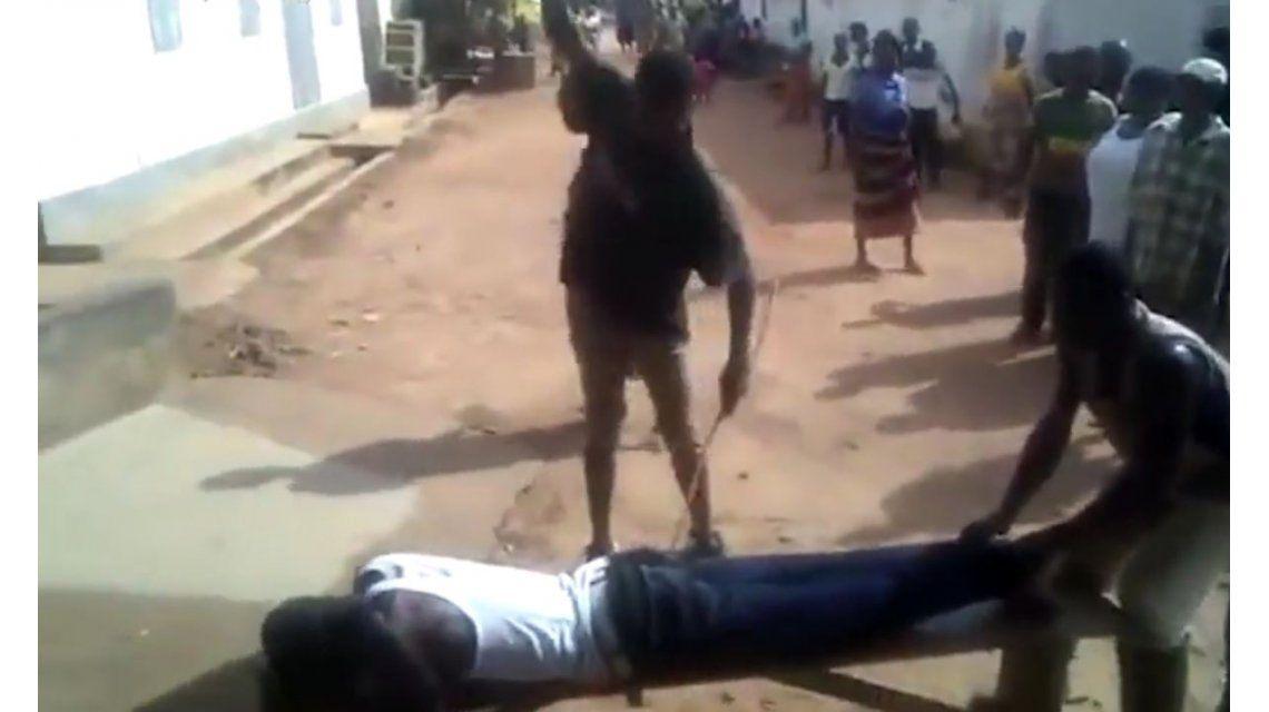 VIDEO: Le dan latigazos en la calle por haberse acostado con una mujer casada