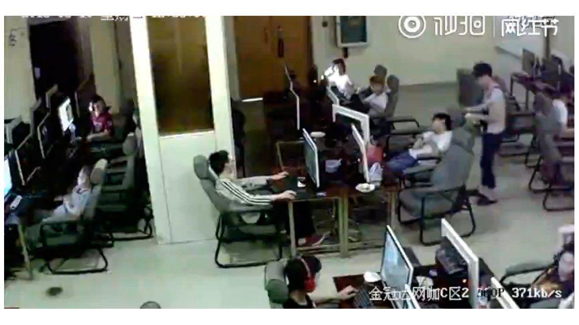 VIDEO: Con el celular en mano, un chico muere electrocutado en el cyber