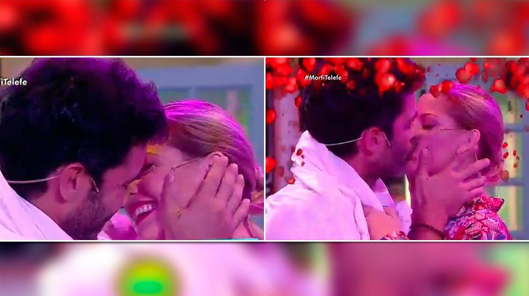 El beso apasionado de Mariano Martínez y Carina Zampini en vivo