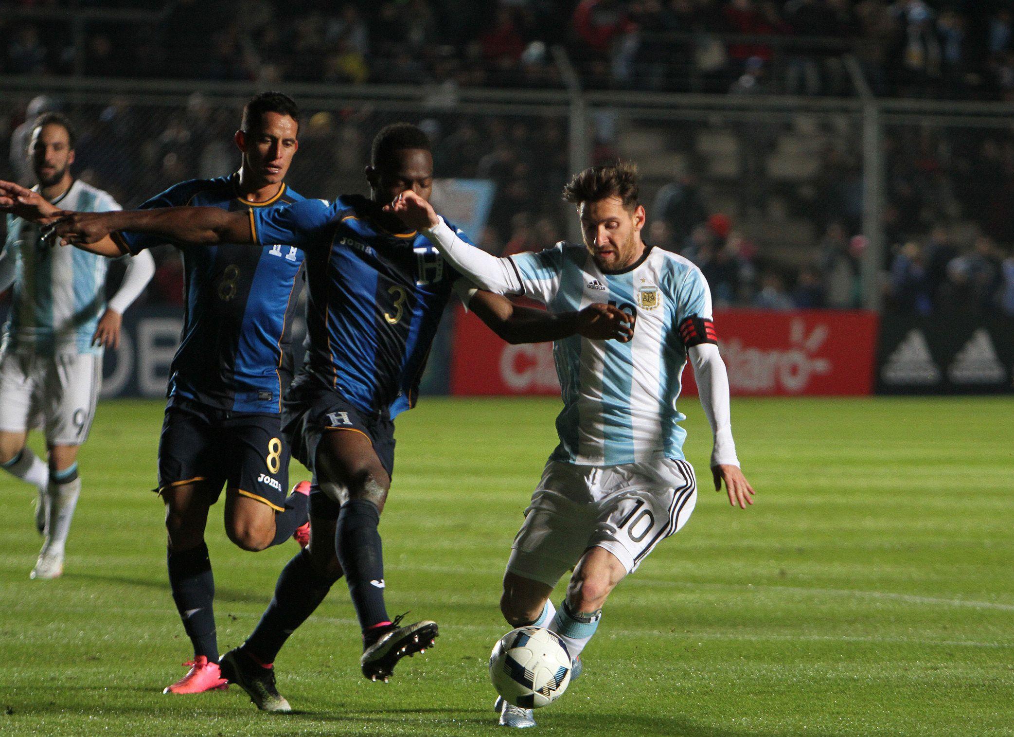 Messi sufrió un traumatismo en la zona lumbar y se encendió la alarma