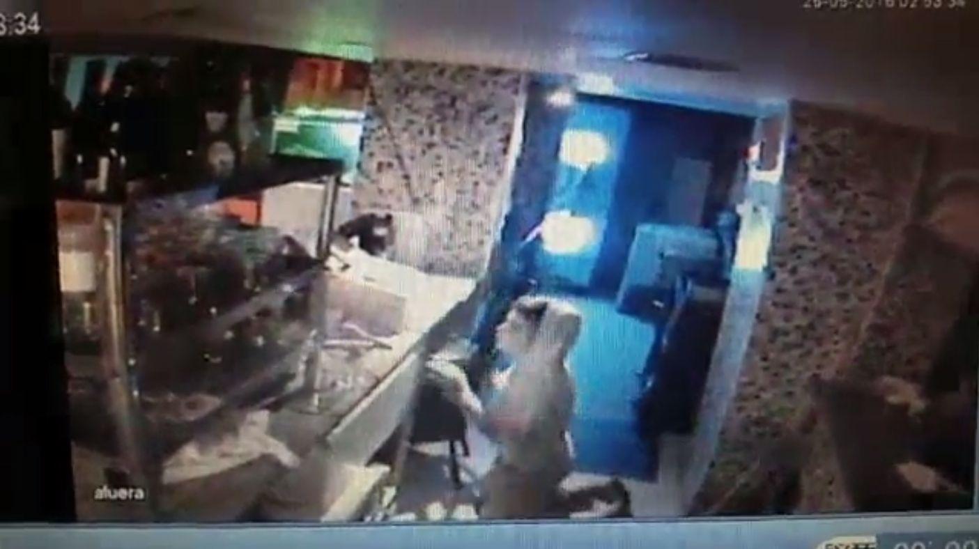 VIDEO: Entró a robar a una pizzería, se tomó una cerveza y se fue