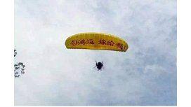 Fue a pedir casamiento en un paracaídas, se estrelló en un árbol y lo rechazaron