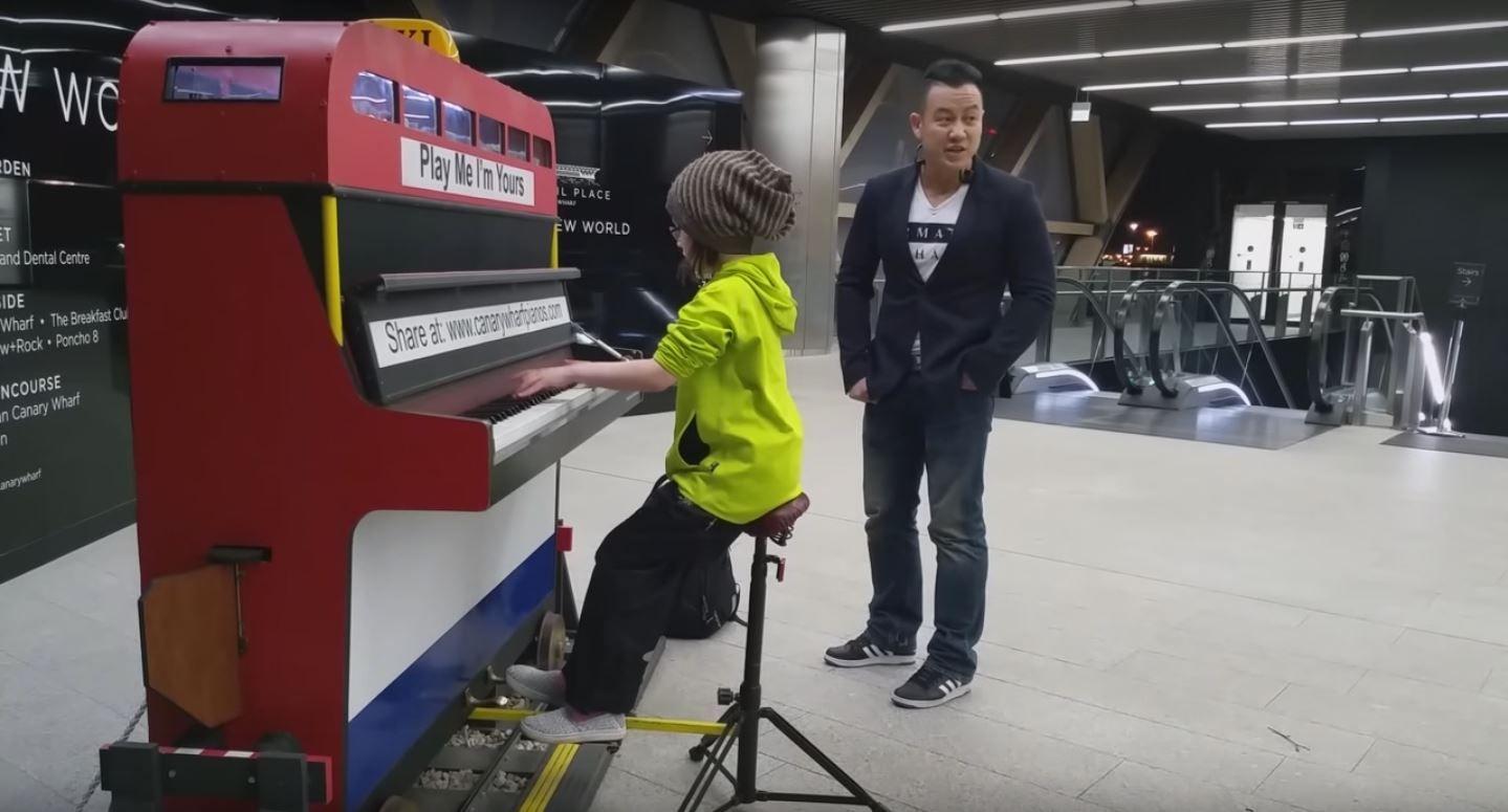 VIDEO: Una nena de 9 años la rompe tocando el piano