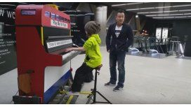 VIDEO: Una nena la rompe tocando el piano