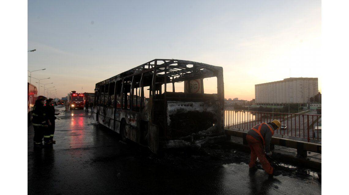 VIDEO: Impresionante incendio de un colectivo en Puente Pueyrredón