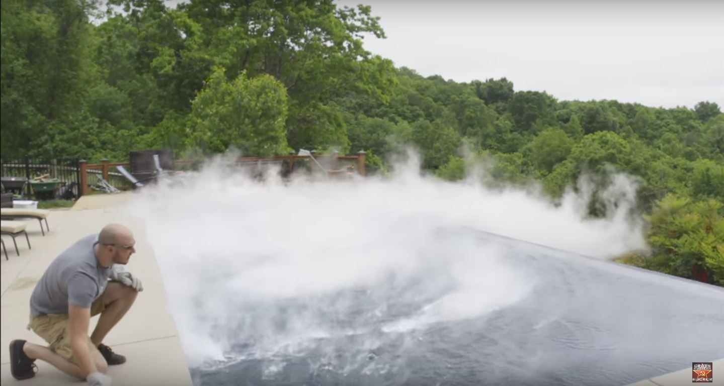 VIDEO: ¿Qué pasa si tirás 15kg de hielo seco en una pileta?