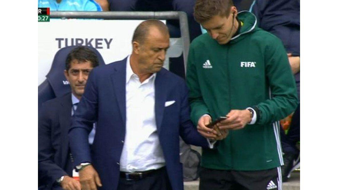 Insólito: un DT miró en un celular que le habían hecho un gol en offside