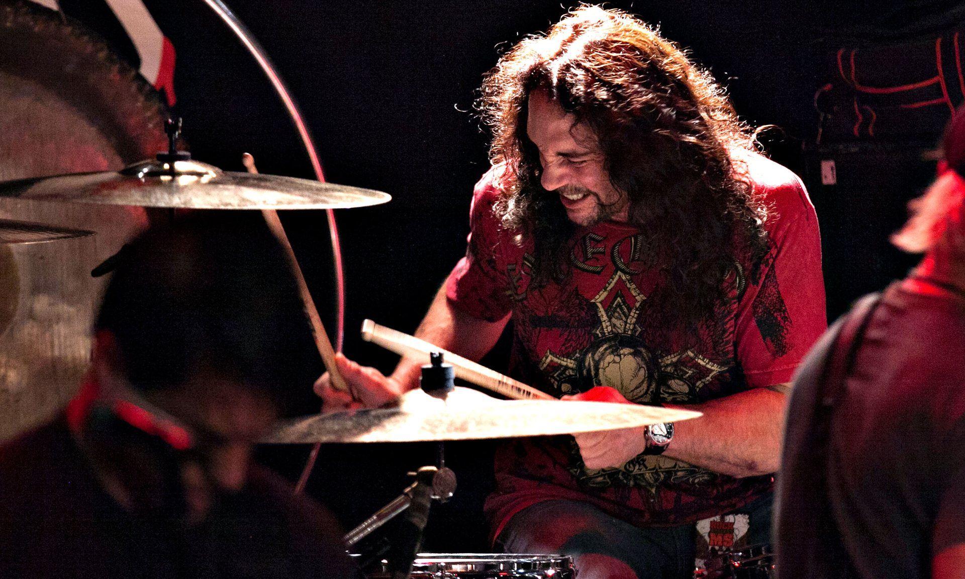 El rock de luto: el ex baterista de Megadeth murió en pleno show