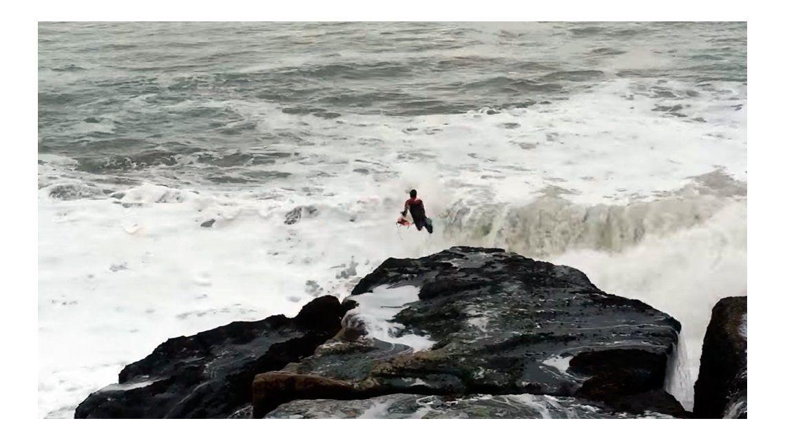 Surfista se tiró al mar y cayó sobre unas rocas: se salvó de milagro ...