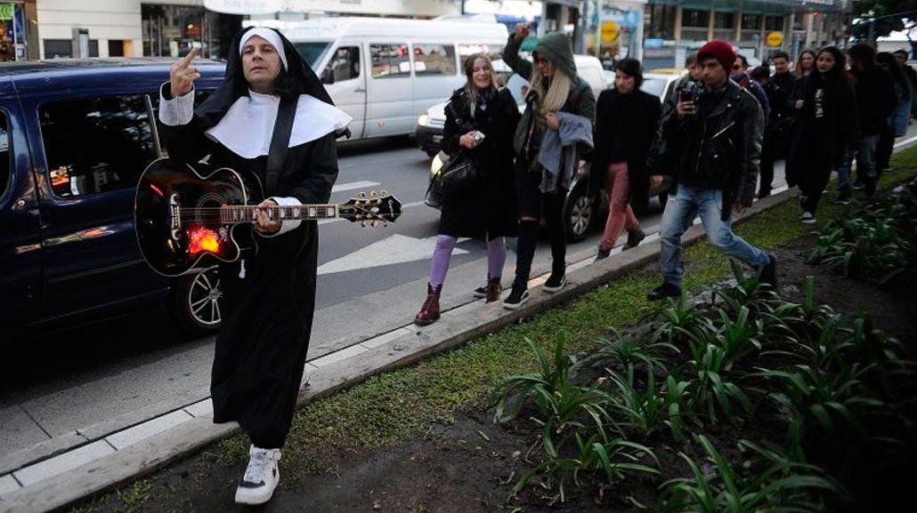Cristian Aldana fue a una marcha en su contra vestido de monja
