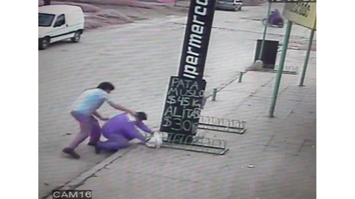 VIDEO: Así golpeó el padre de un alumno a un preceptor en plena calle
