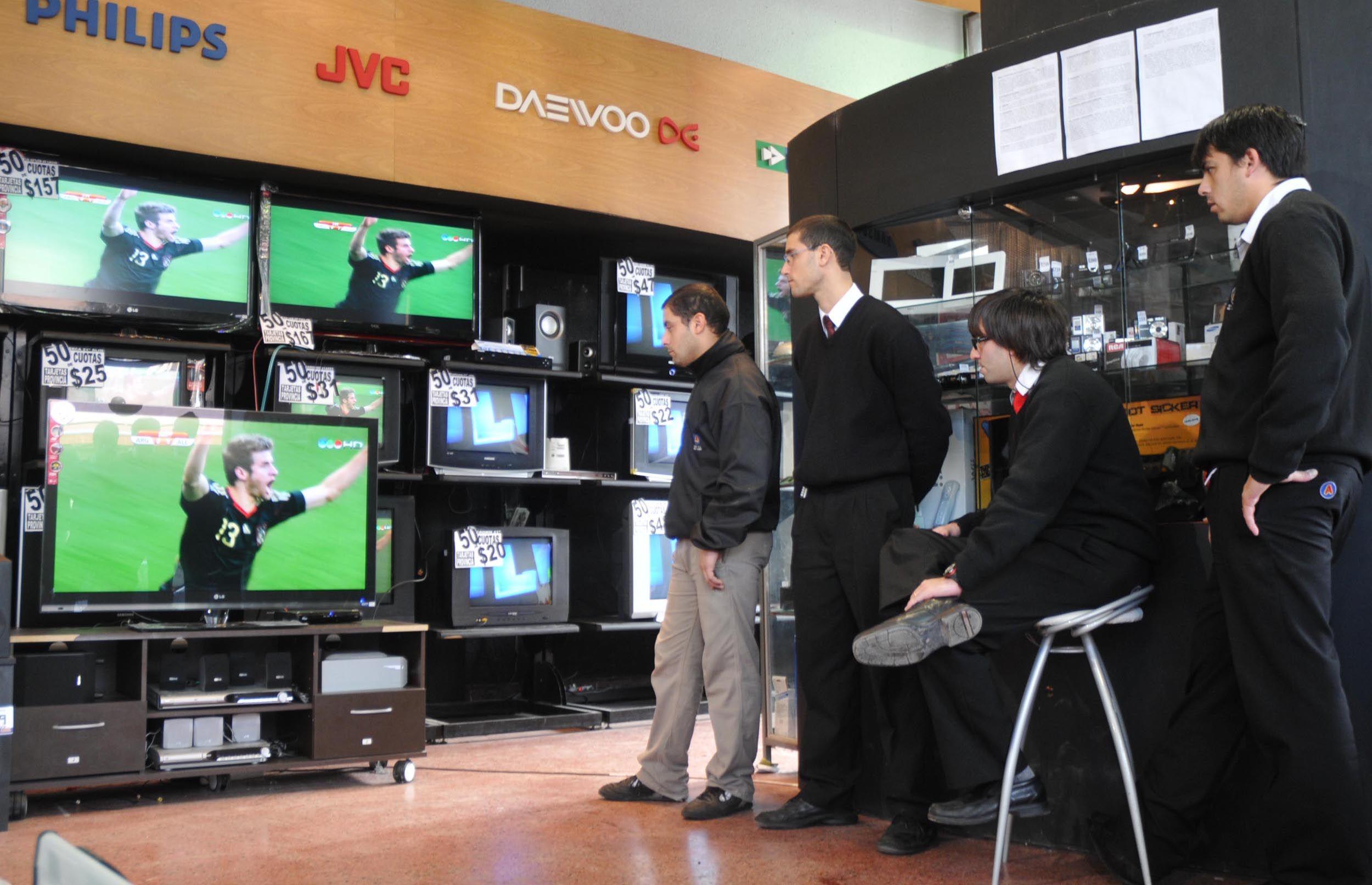 Operarios fueguinos van a comprar electrodomésticos a Chile