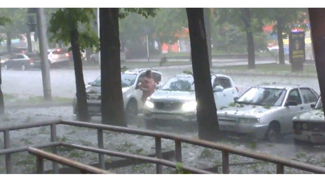 VIDEO: Trató de proteger su auto de una granizada con un curioso método