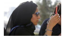 La multaron y la deportaron por revisar el celular de su esposo
