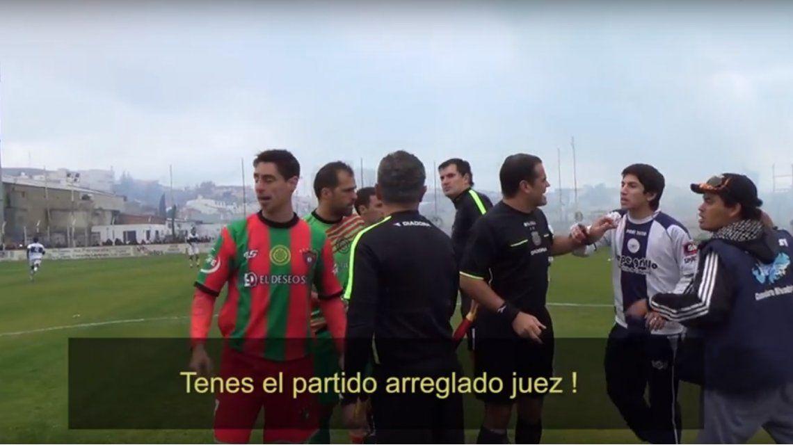 El colmo de la violencia en el fútbol: barras insultaron y escupieron a jugadores frente al árbitro