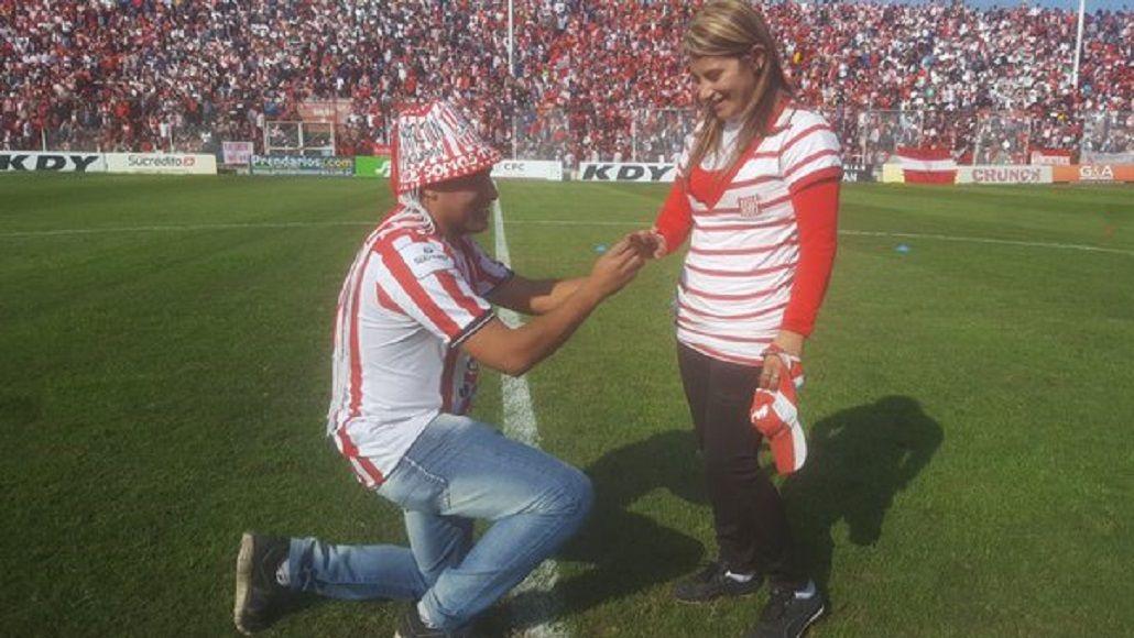 La figura del partido: se arrodilló en plena cancha y le pidió casamiento a su novia