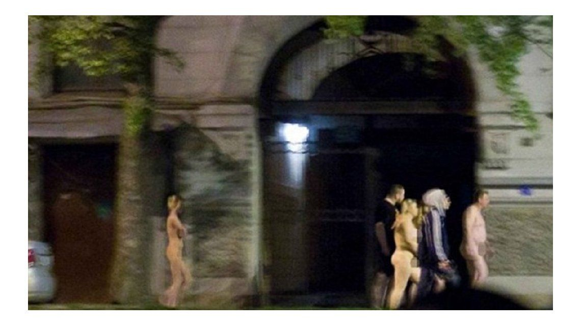 La policía obligó a once prostitutas y a sus clientes a caminar desnudos por las calles