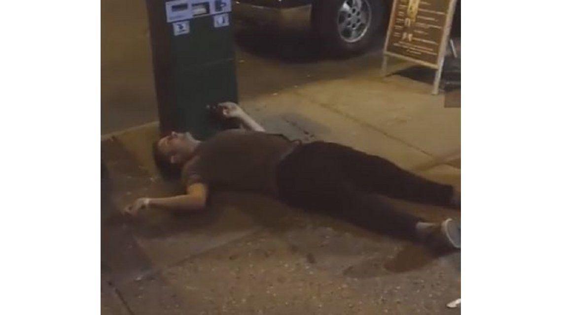 VIDEO: De una piña, patovica dejó inconsciente a un joven