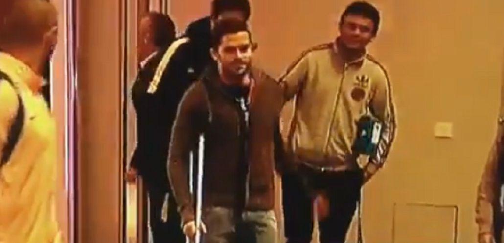 Un referente: en muletas, Gago acompaña al plantel de Boca