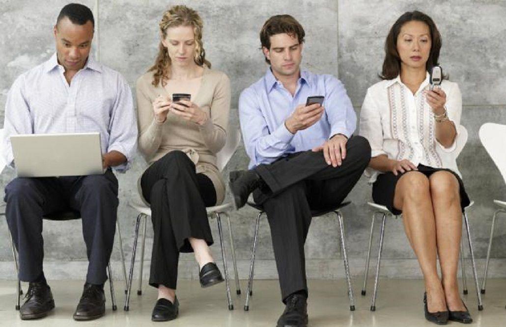 ¿Vuelven los celulares con tapita? Ahora se usan para evitar la adicción
