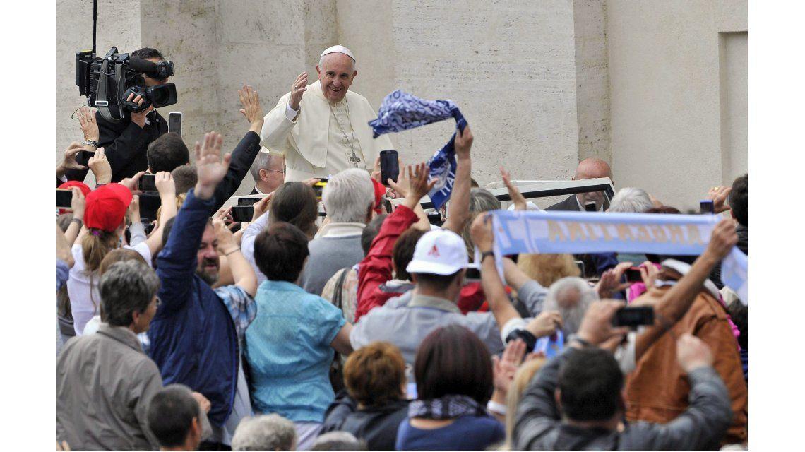 El Papa analiza que mujeres puedan bautizar y casar