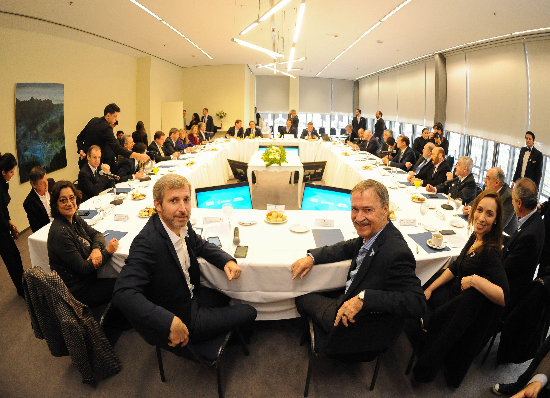 Las provincias firmaron un acuerdo por la coparticipación con el Gobierno