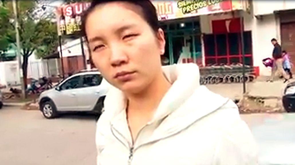 VIDEO: Salvaje agresión de la dueña de un súper chino a periodistas
