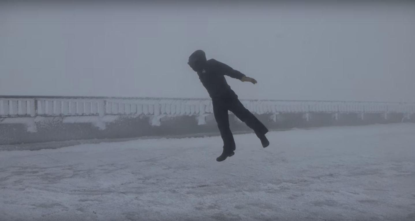 VIDEO: Un hombre se divierte con vientos de 160km/h