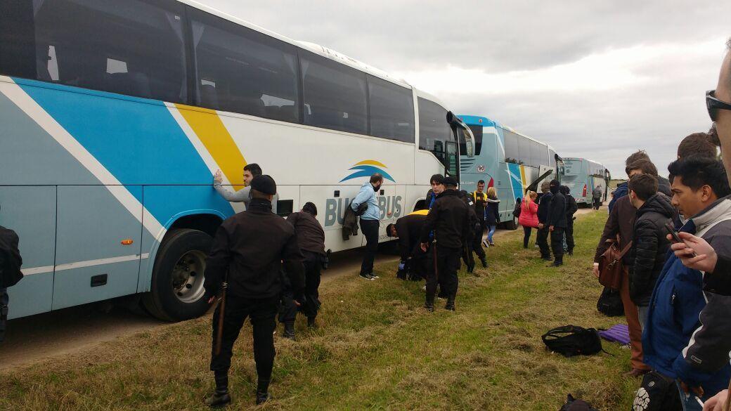 Acoso policial: así revisaron a los hinchas de Boca cuando llegaban a Uruguay
