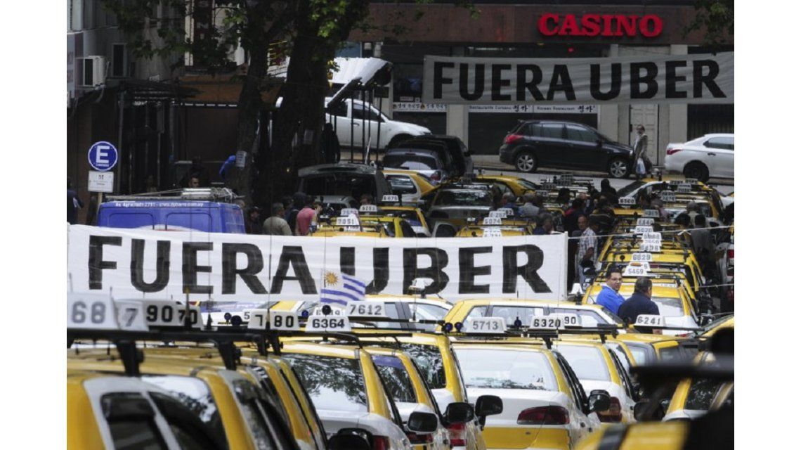 Taxistas demandarán a una intendencia por la instalación de Uber