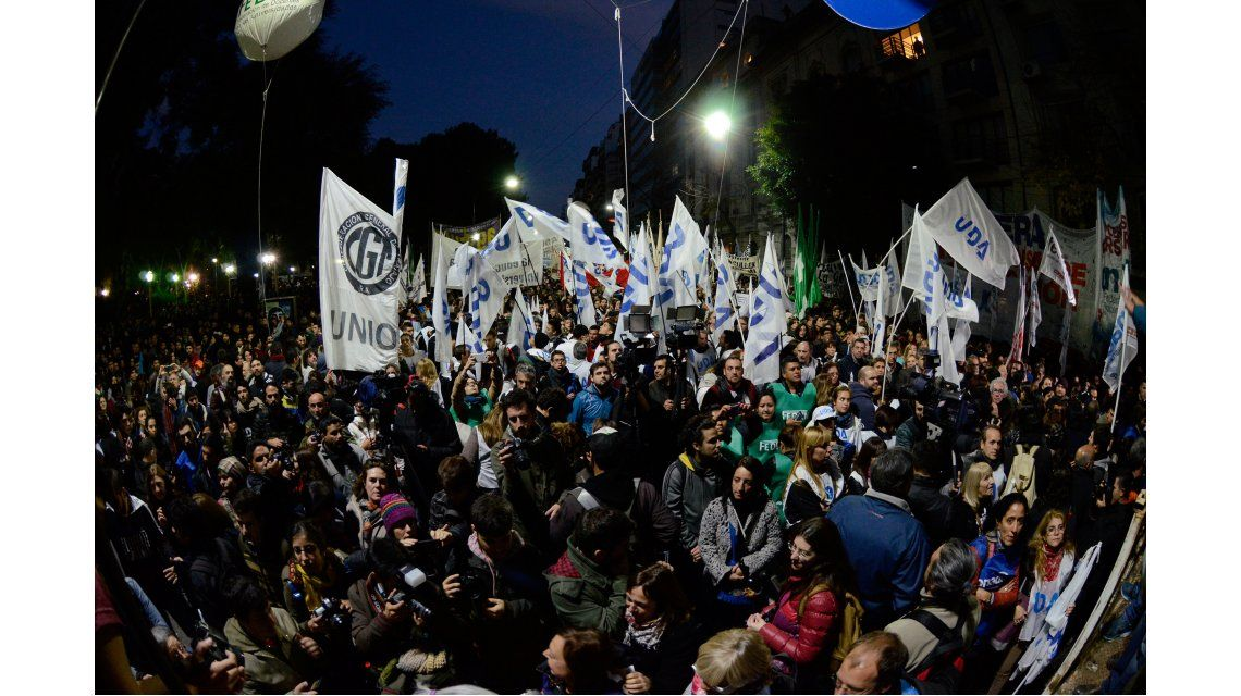 Luego de la multitudinaria protesta, el gobierno mejoró la oferta a los universitarios