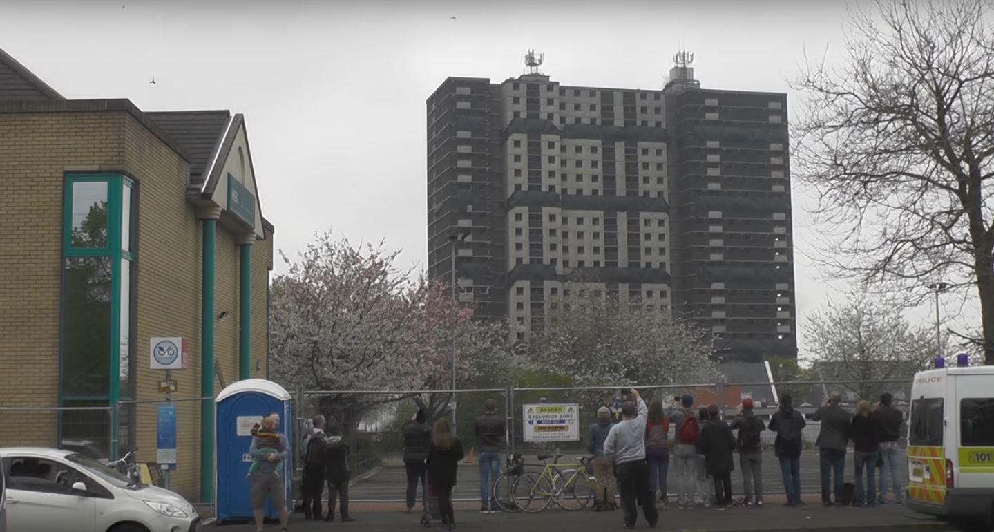 Grababa la demolición de un edificio y un colectivo le arruinó el video