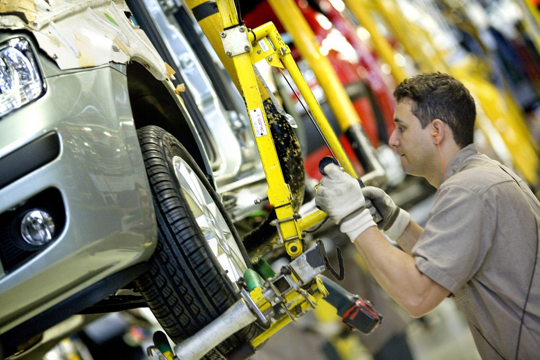 La producción de vehículos cayó 13,3% y las exportaciones se desplomaron 38,3%