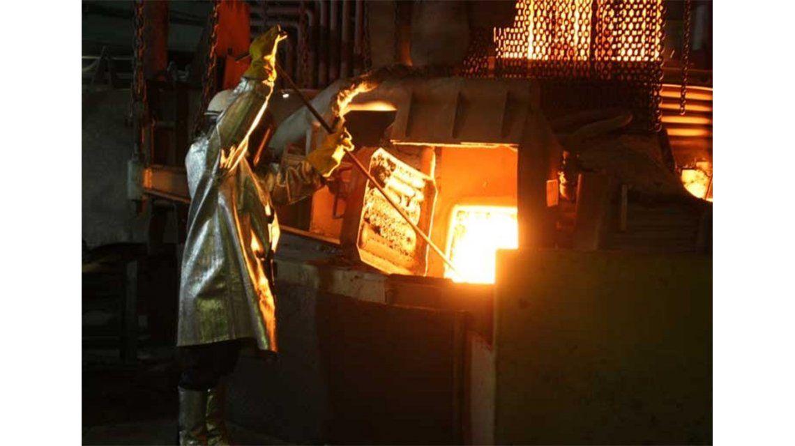 Advierten que la producción industrial cayó un 6,1% en abril