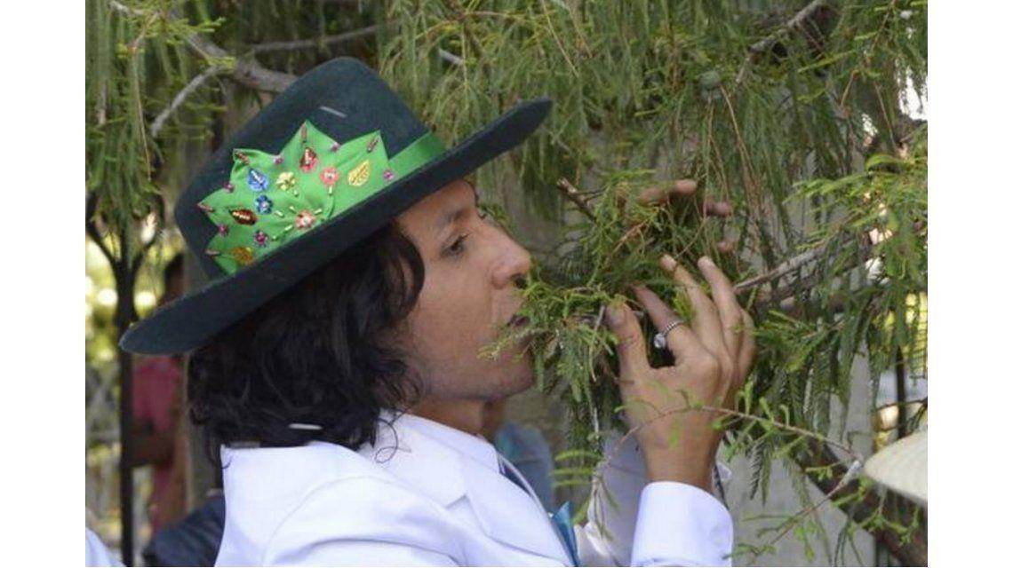 Lo hizo por una buena causa: un peruano se casó con un árbol en México
