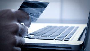 La tarjeta de débito, para comprar por Internet.