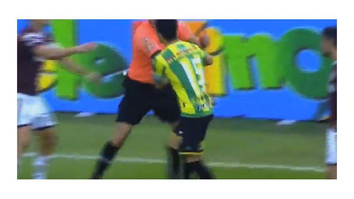 Un jugador enloqueció y le quiso pegar al juez de línea: ¡lo frenó hasta el árbitro!