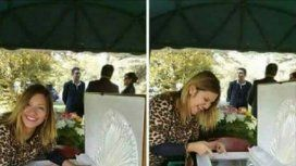 Se sacó fotos riéndose al lado del ataúd de su ex