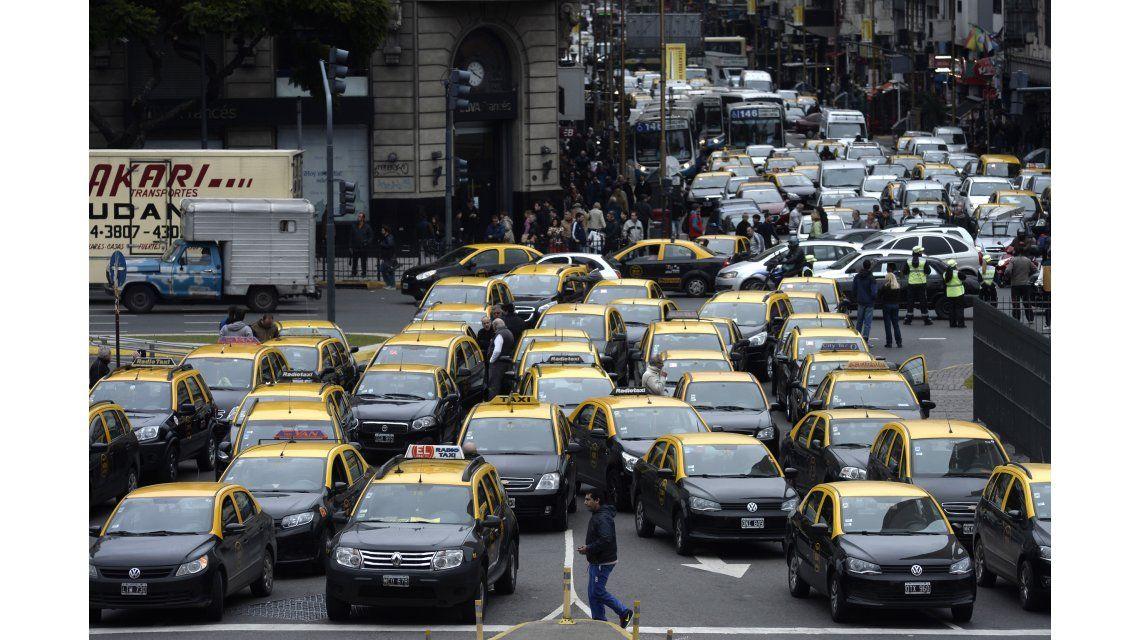 Taxistas desafían al ministro del tarifazo y amenazan con marchar a su oficina