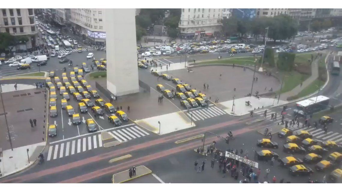 Nuevo corte de taxistas: forman una U, de Uber, alrededor del Obelisco