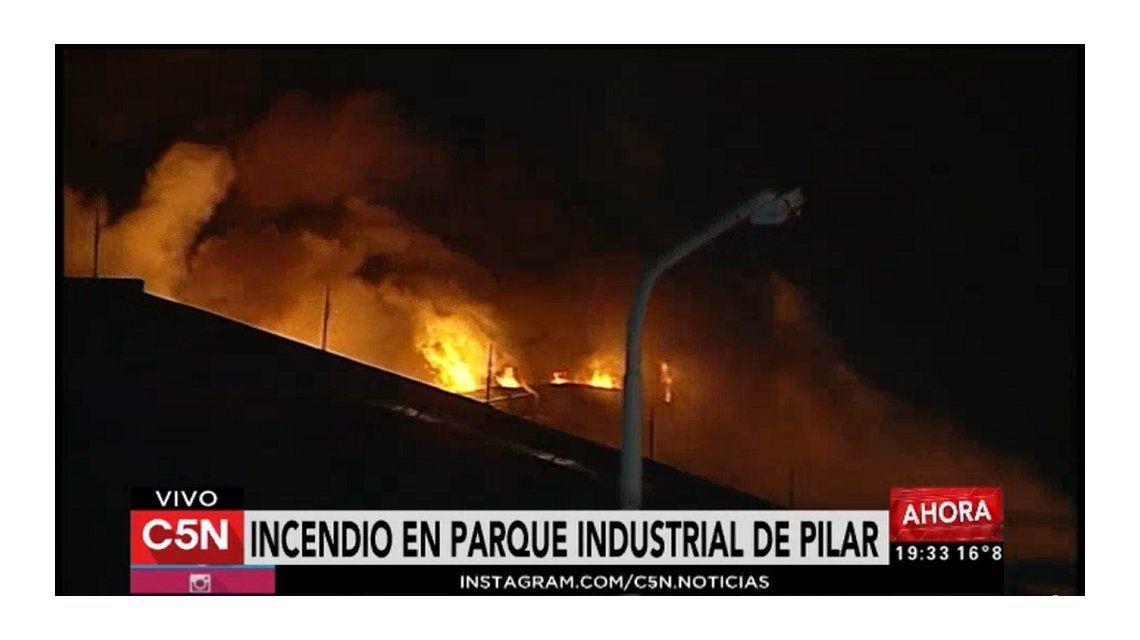 Un enorme incendio destruyó una conocida fábrica ubicada en Pilar