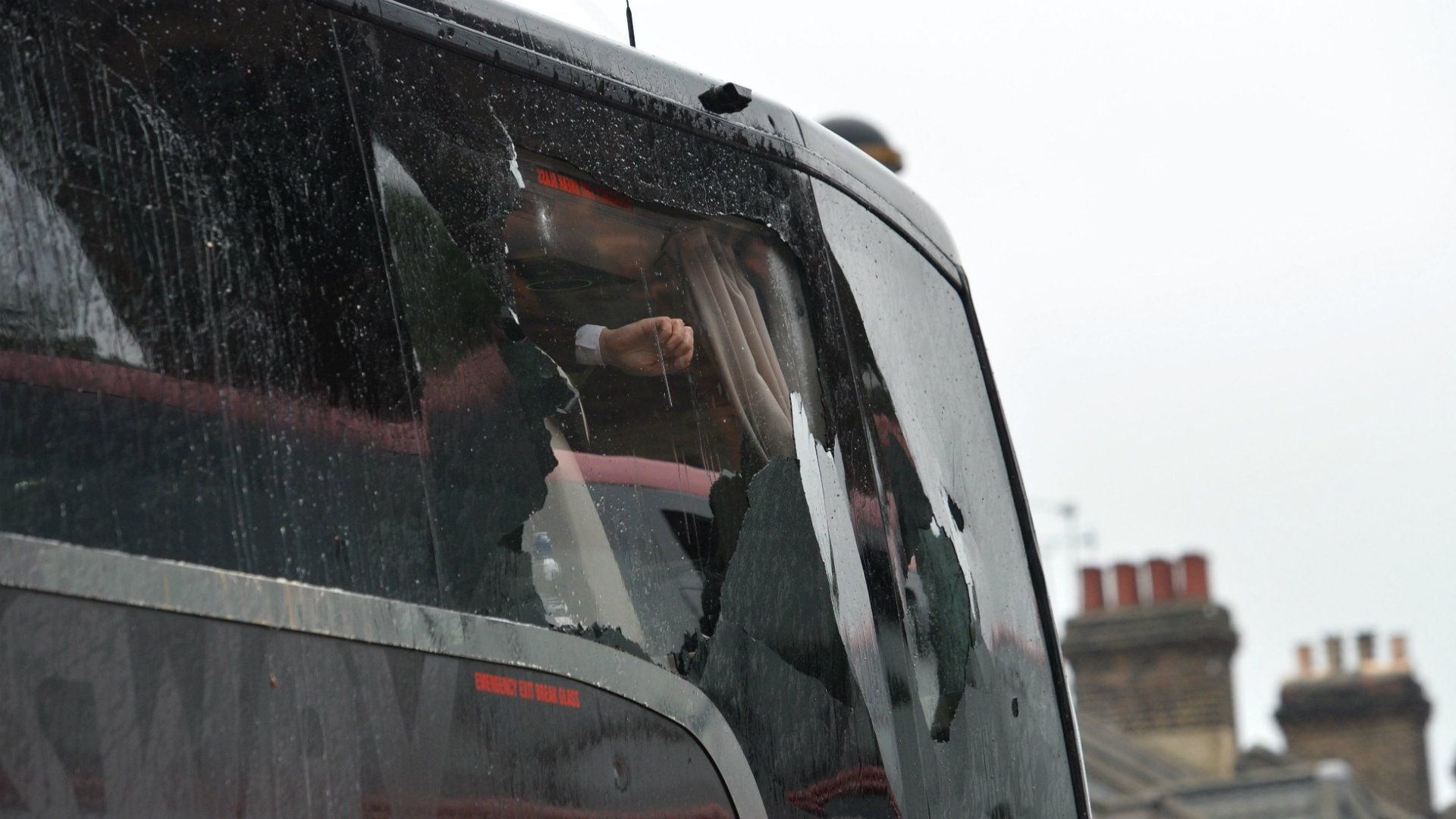 Suspenderán de por vida a hinchas del West Ham que agredieron el micro del United