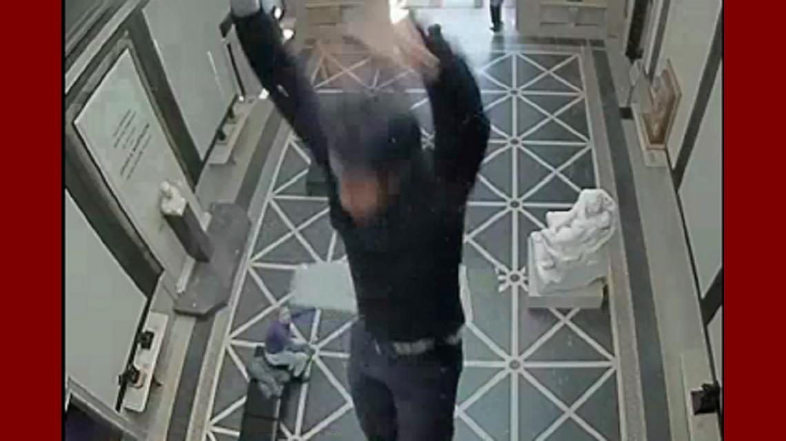 VIDEO: Cae del techo de un museo y le gana un juicio de US$7.25 millones