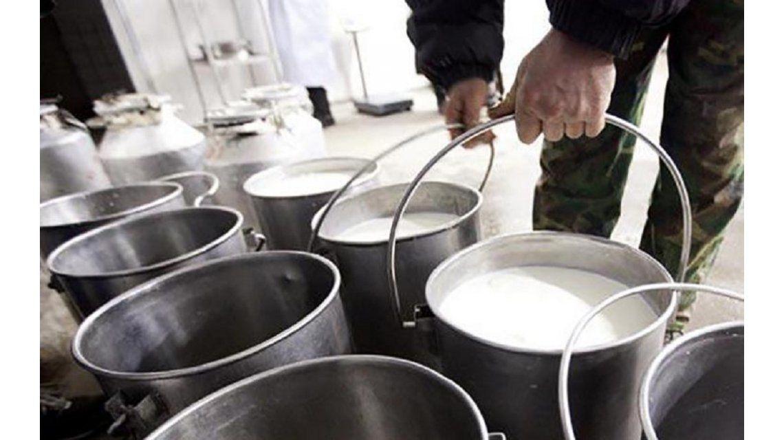 En plena crisis, regalan miles de litros de leche en Rosario y Santa Fe