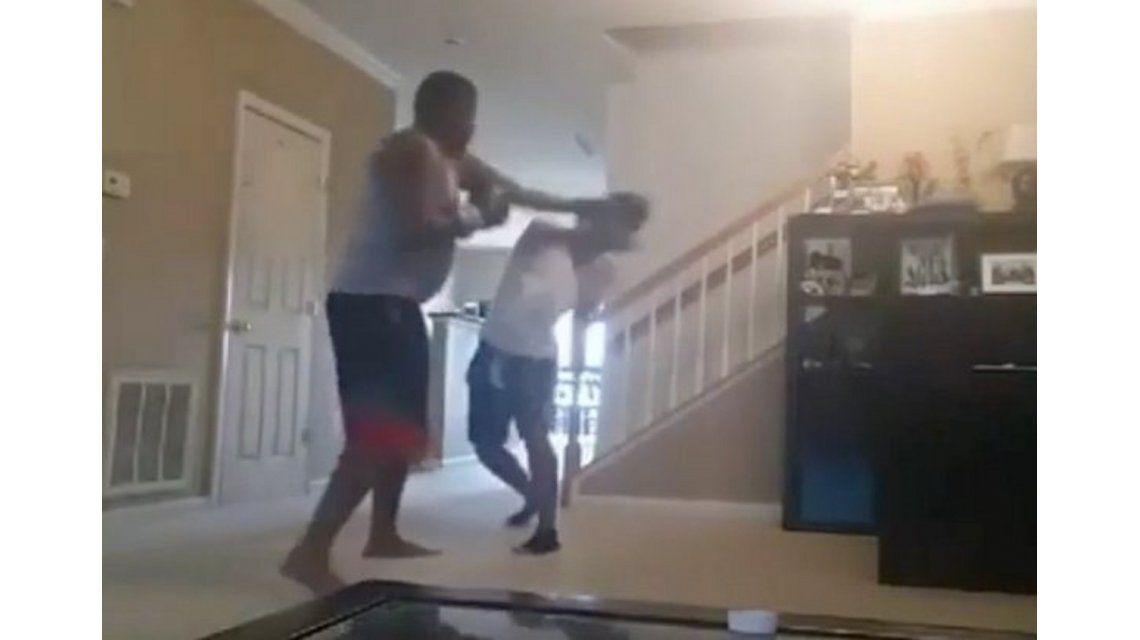 VIDEO: Violento castigo de un padre a su hijo por haberse escapado de la escuela