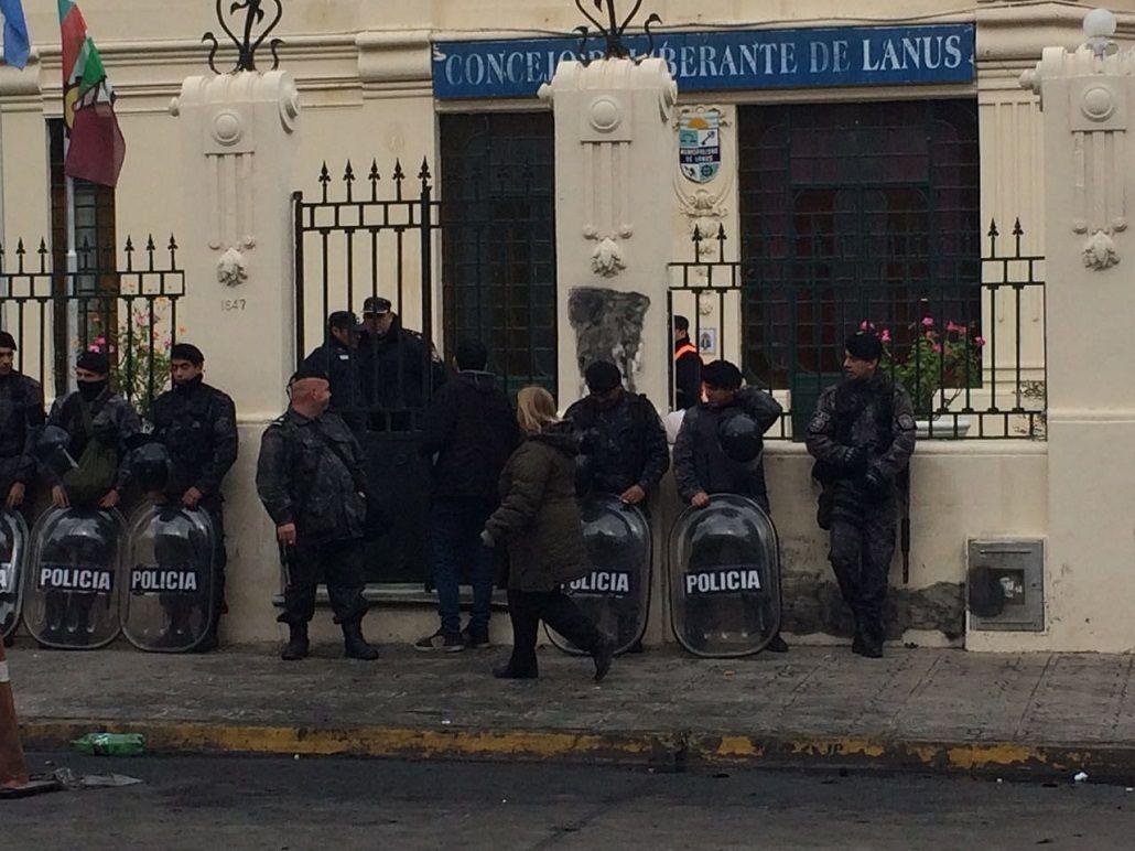 Acceso militarizado y restringido: así sesiona Concejo en Lanús por la Ley Antidespidos