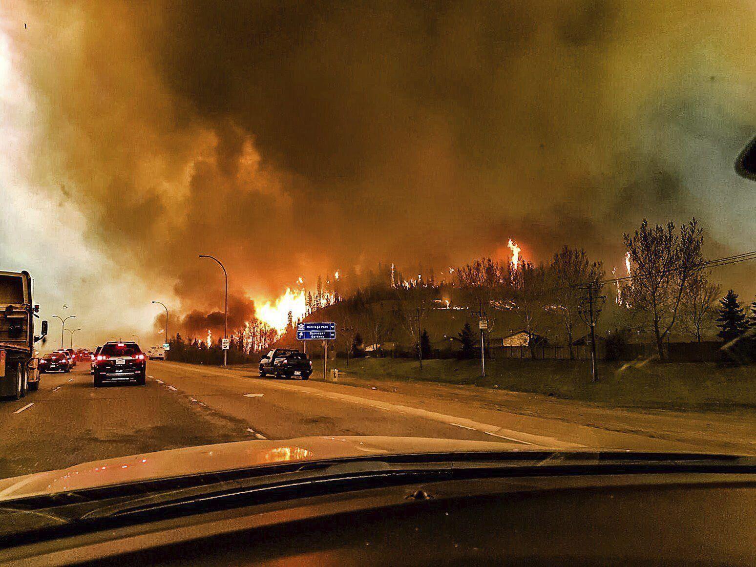 Así es el devastador incendio forestal que tiene cercada a una ciudad en Canadá