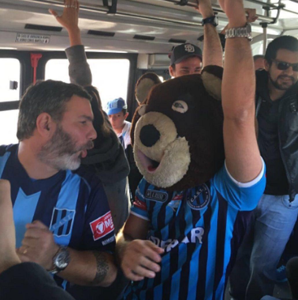 Sólo en Argentina: mirá la travesía de El Oso de Telmo para ver a su equipo