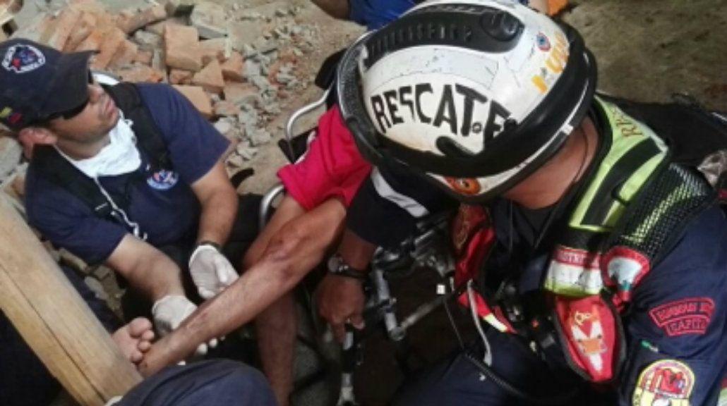 Rescatan a un hombre de 72 años que estuvo 13 días bajo los escombros en Ecuador